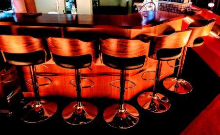バンコク・タニヤ夜遊び1人でもOKの、高品質カウンターテーブル席